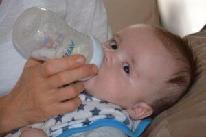 dziecko karmione butelką