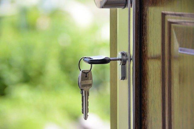 zakup domu, klucz włożony w drzwi, zakup nieruchomości