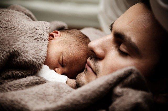 niemowlę z tatą