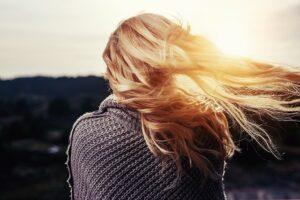 długie włosy na wietrze